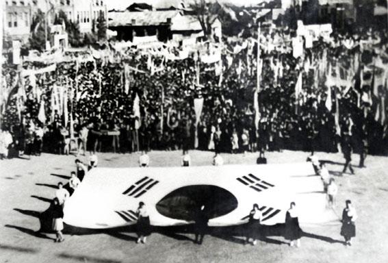 1945년 8월 15일 평양시민들의 광복자축 행사장에 나온 태극기. 광복의 감격은 어디서나 다를 바 없었다. 이 날의 감격은 서울 못지않게 평양에서도 열기가 뜨거웠다. 이 날을 위해 수많은 애국지사들이 피흘리고 목숨을 바폈다.