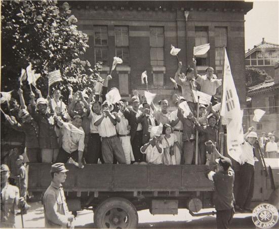 광복의 환희와 태극기 - 광복의 환희를 기뻐하며 거리 행진에 나선 시민들과 태극기. 1945년 8월 15일은 일본제국주의 압제로부터 벗어나 국권을 회복한 날로 대한독립의 환희가 전국적으로 물결쳤다. 이 자료는 서울역에서 일제의 식민통치 기관이었던 총독부 건물까지 태극기를 흔들며 거리를 행진하는 시민들의 모습이다.