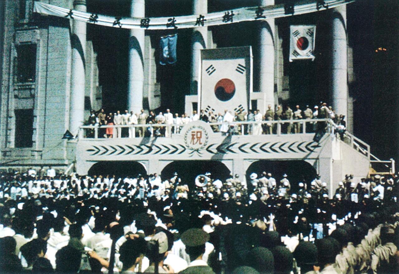 대한만국 정부수립 당시 태극기 - 1948년 8월 15일 대한민국 정부수립 축하식 행사장에 게양된 태극기. 대한민국정부는 대한민국임시정부를 계승했다. 대한민국헌법 전문에는 대한민국은 3.1운동으로 건립된 대한민국임시정부의 법통을 계승한다고 명시되어 있다.