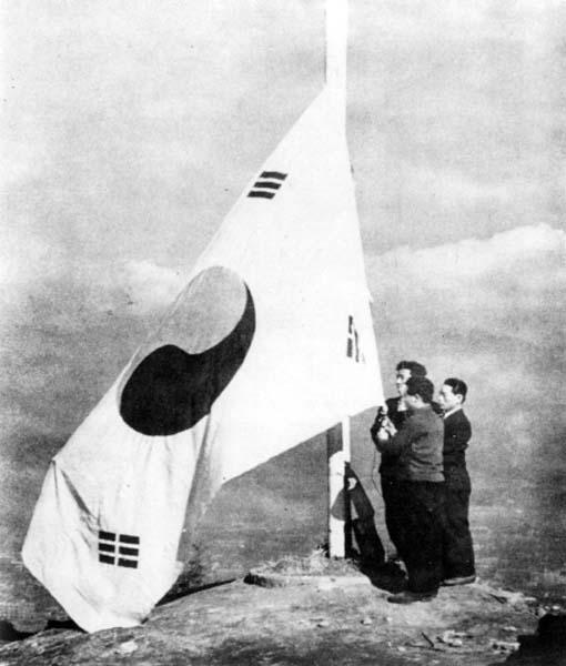 1945년 8월 15일 평양시민들의 광복자축 행사장에 나온 태극기. 광복의 관념은 어디서나 다를 바 없었다. 이 날의 감격은 서울 못지않게 평양에서도 열기가 뜨거웠다. 이 날을 위해  수많은 애국지사들이 피흘리고 목숨을 바쳤다.
