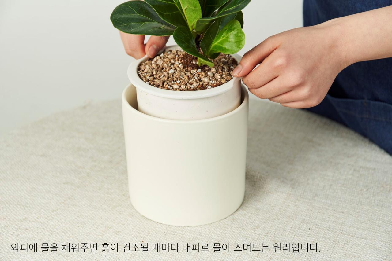 외피에 물을 채워주면 흙이 건조될 때 마다  세라믹 내피로 물이 스며드는 원리입니다.
