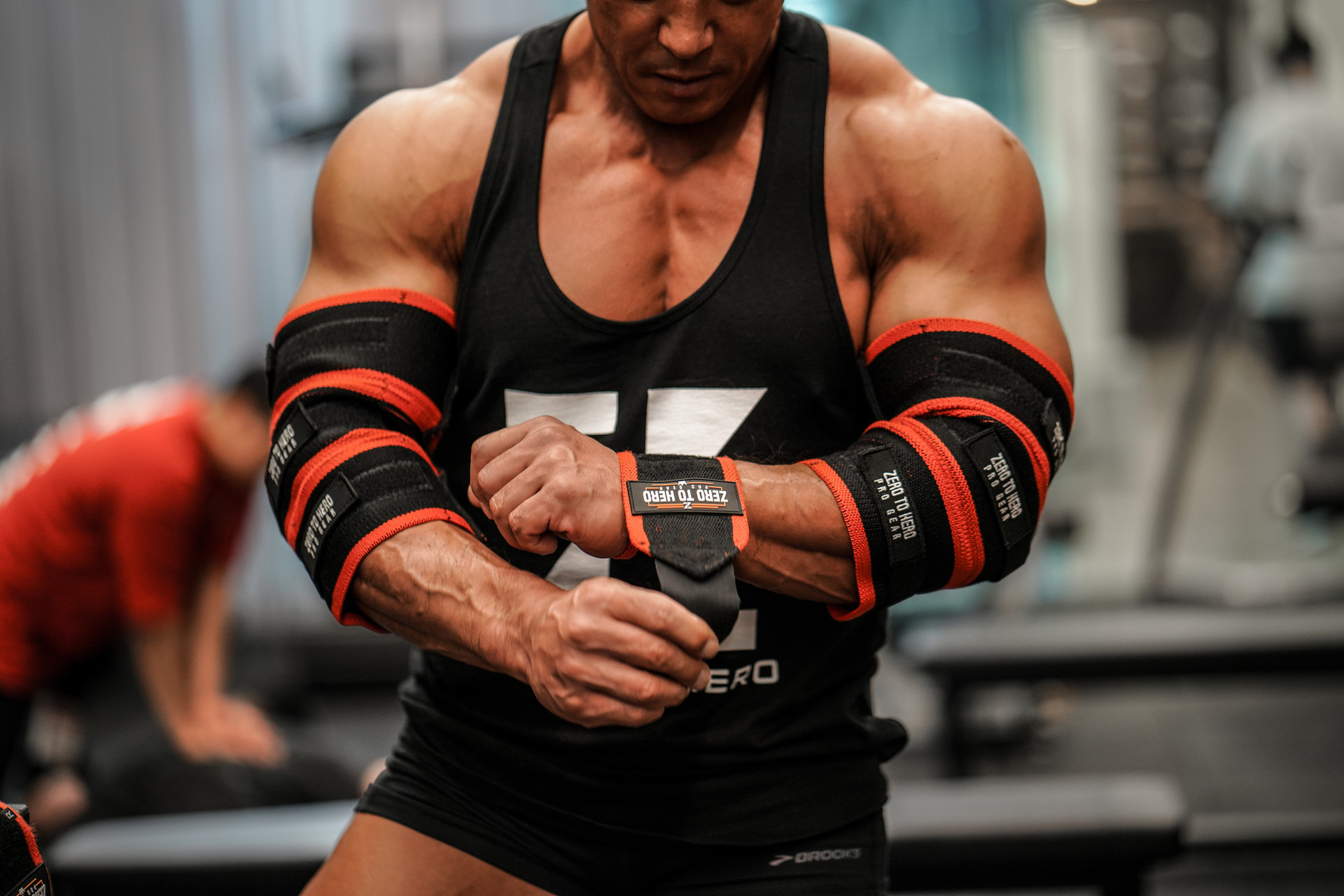 올림피안 김준호 선수의 히어로 레드 손목보호대와 히어로 프로 팔꿈치보호대 착용모습