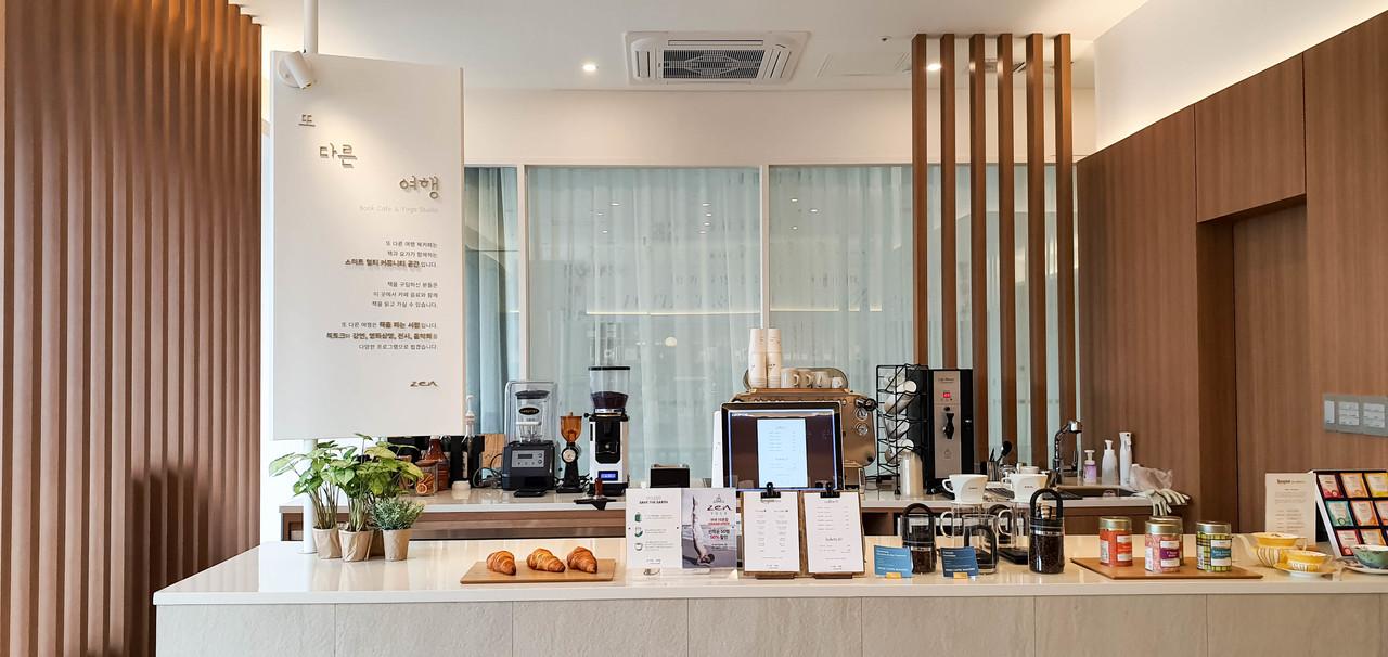 또 다른 여행의 커피는 고소하고 달달한 원두로 누구나의 입맛에 맞는 커피를 선보입니다. 깔끔하게 보이는 오픈바에서 핸드드립 커피도 내려드립니다.
