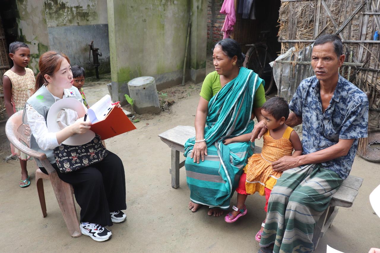 방글라데시 현지 농가를 인터뷰 중인 굿파머스 팀