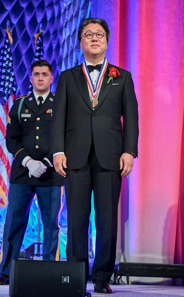 2019 엘리스섬 메달(Ellis Island Medal of Honor)을 수상하고 있는 엘리트 오픈 스쿨 설립자 J. Patrick Park