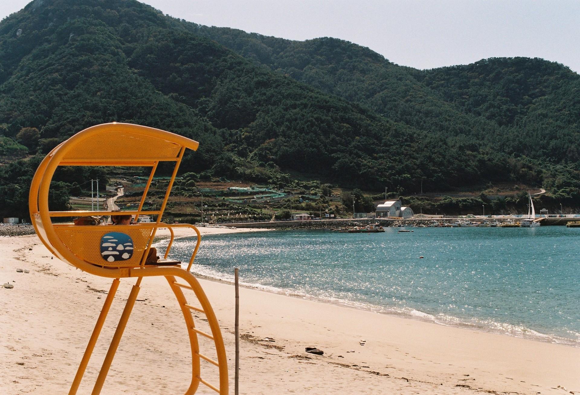#3. 항구 앞에서 출발해서 안쪽으로 걸어 들어갈수록 희고 깨끗한 모래가 나온다. 우연히 만난 외국인 여행자와 사진을 찍었는데, 사진을 본 누구도 이곳이 한국이라고 생각하지 않았을 정도로 이국적인 풍경.