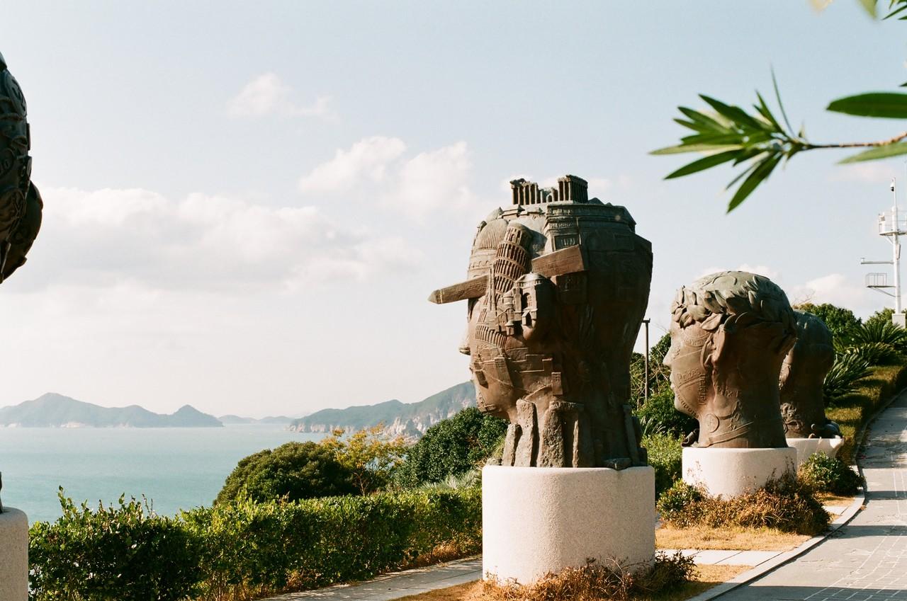 #5. 다른 세계의 분위기를 만드는 또 한 가지는 곳곳에서 마주치는 조각 미술. 섬 전체가 커다란 미술관인 것처럼 동선이 꾸며져 있다. 바다와 하늘이 보이고 바람과 햇빛을 받는 아주 특별한 미술관.