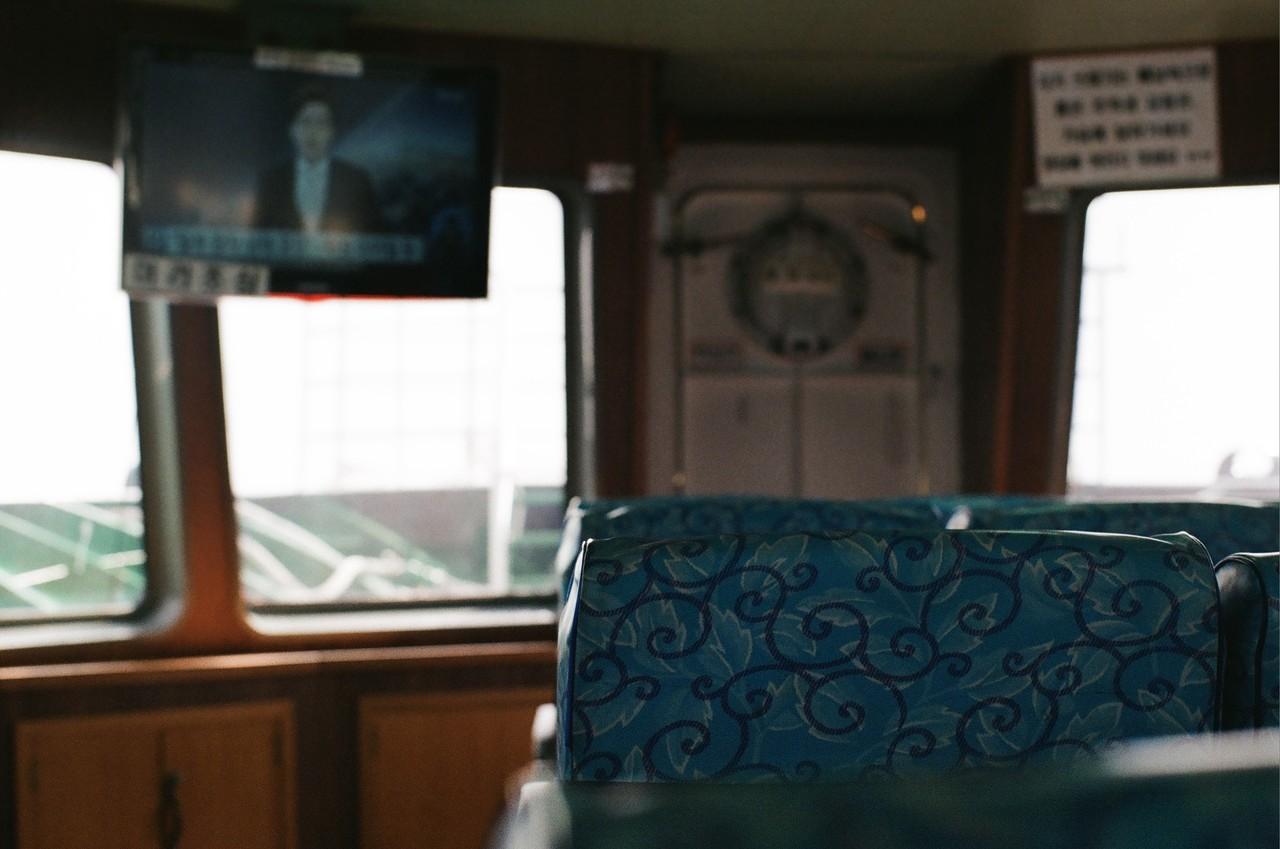 #11. 출항 5분 전까지도 보이지 않던 배는 갑자기 시야에 들어오더니 빠르게 항구에 닿았다. 처음 탈 때와 마찬가지로 표와 신분증을 내고 탑승. 가는 길에는 선실 안쪽에 자리를 잡고 누워 잠시 눈을 붙였다.