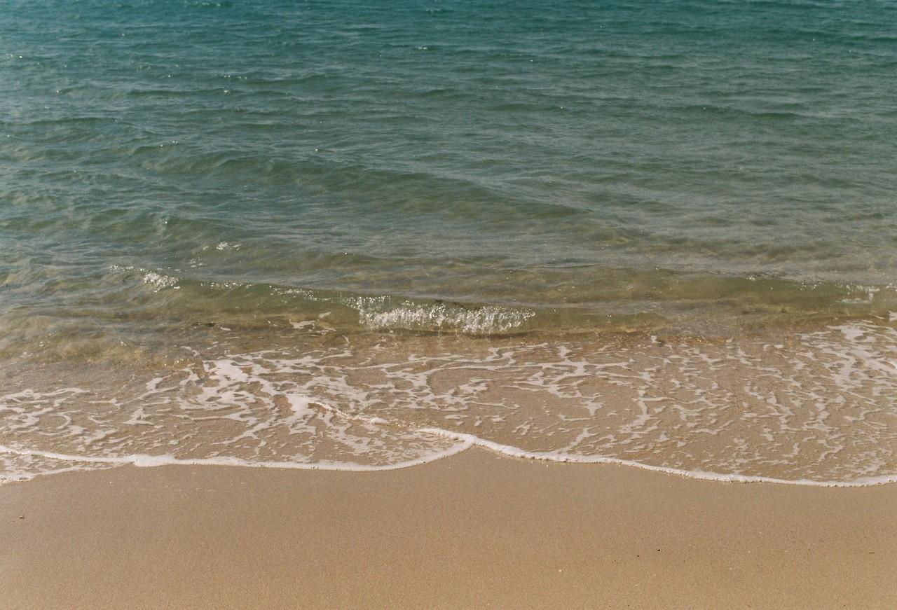 #2. 사계절 에메랄드색의 물빛. 통영의 바다는 대개 짙푸른 청색이 강한데, 비진도 바다는 예외적으로 맑고 연한 녹색을 띤다. 여름에 이 섬을 찾는다면 이 예쁜 바다에서 요트를 타거나, 스노쿨링을 즐길 수 있다고.