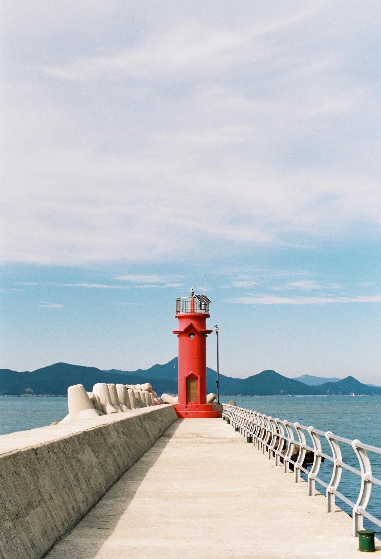 #9. 돌아가기 전 꼭 해야 할 것 하나. 파란 하늘과 초록 바다를 배경으로 빨간 등대 앞에서 사진 찍기. 등 뒤로 불쑥 다가온 배를 타고 시내로 돌아간다. 이렇게 가 본 섬 하나가 더 생겼다.