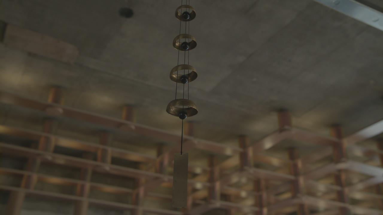 후각, 옅고 오묘하게 : 옅게 공간을 감싸고 있던 건, 언제나 피워져 있는 향의 냄새와 아침마다 퍼지는 프렌치프레스 커피 향기가 섞이며 만들어 내는 미륵미륵만의 오묘한 향.