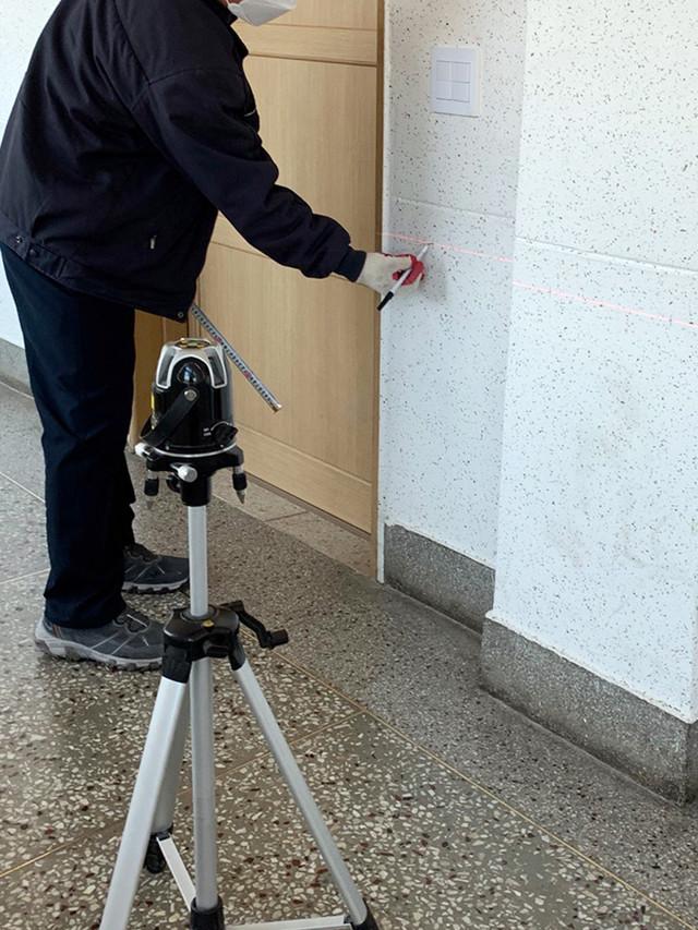레이저 수평기를 사용하여 천공 부위 마킹