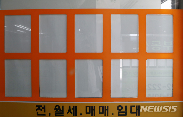 송파구 부동산의 텅.. 비어있는 매물 정보판 (출처: 뉴시스 기사)