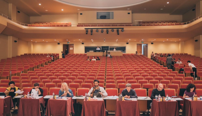2019' 아시아댄스오디션-발레 중, 7개 무용단에서 온 예술감독과 지도위원이 자리에 앉아 있는 모습