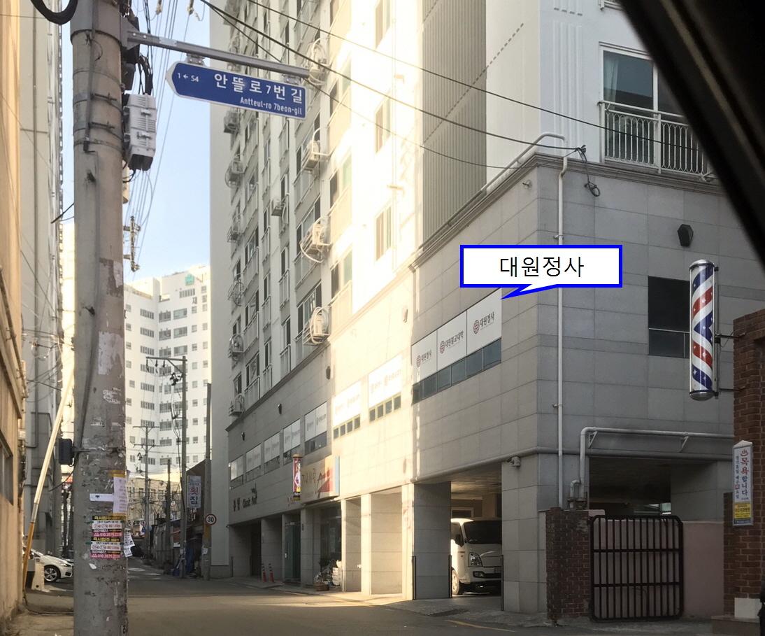 저 위쪽 골목 끝이 지하철 8번출구입니다. 골목으로 60m 걸어 좌측 주상복합아파트 2층이 대원정사입니다.