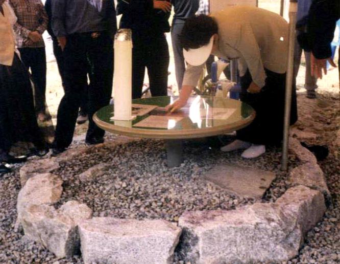 초기 성혈조배실 : 성체기적이 일어난 곳을 중심으로 큰 돌 12개와 작은 돌 33개를 둘러 경계를 짓고 그 위에 탁자를 놓은 다음 사람들이 묵상하며 은총 받도록 성체기적 사진을 올려놨다.