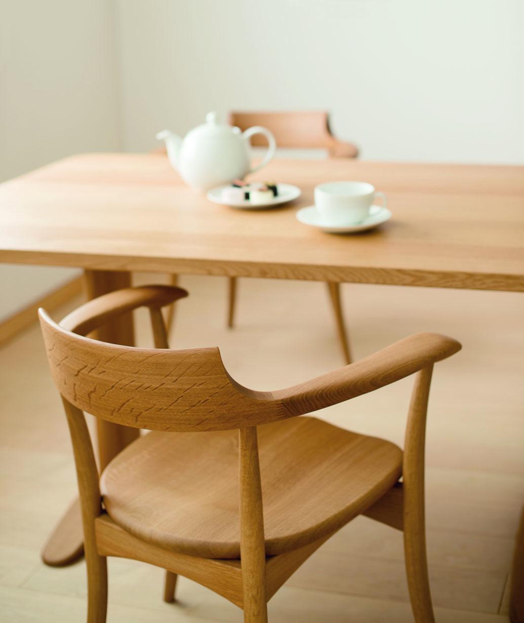 나무가 지닌 천연의 기분좋은 온기를 고스란히 담고 있는 의자와 테이블. 세월이 지날수록 깊어지는 온기와 맛을 느낄 수 있는 제품입니다.