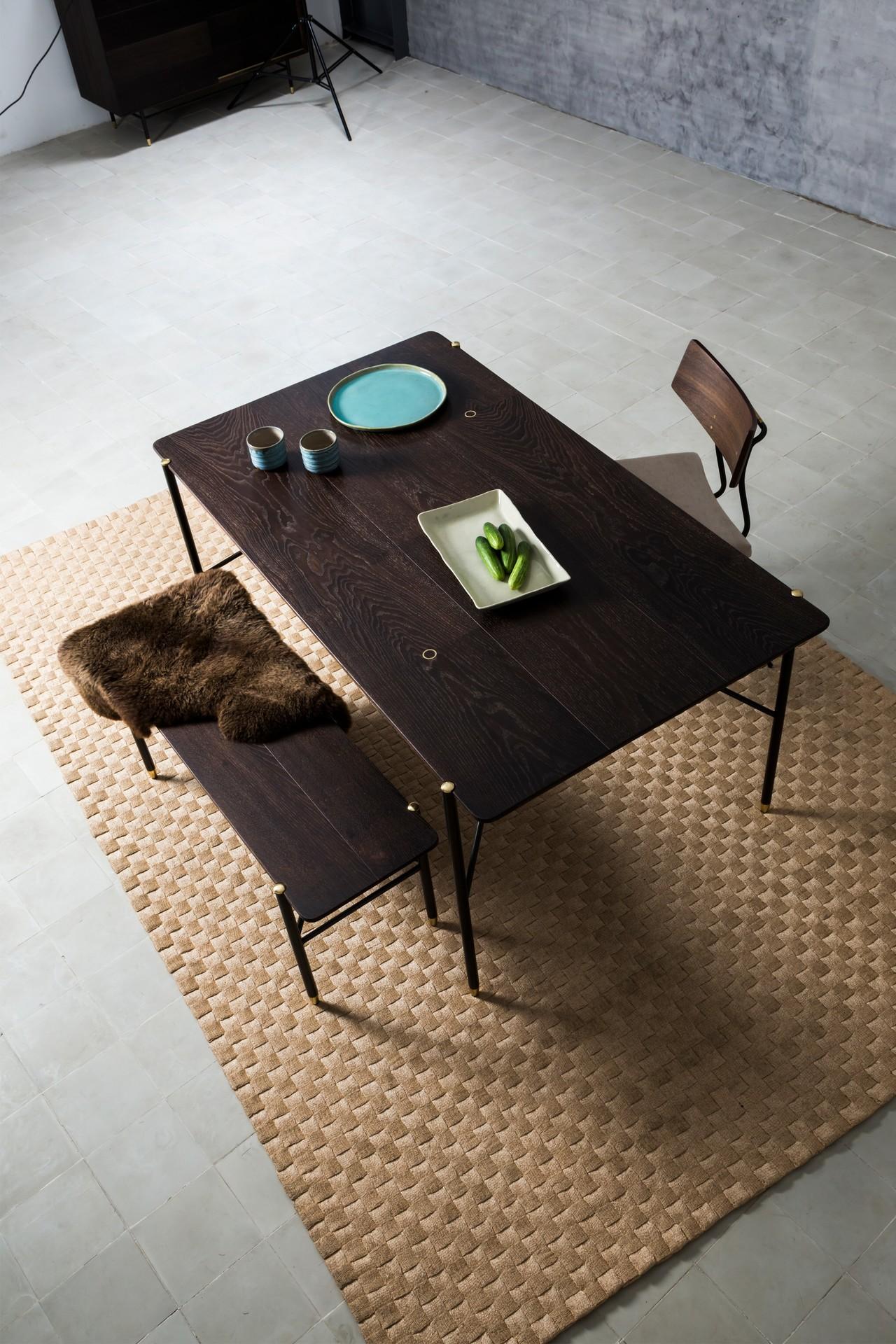 <b>CHIARA <br><br> 엣지 그대로를 살린 마감이 인상적인 테이블로 세련된 인더스트리얼 스타일을 완성하는 데 최적화된 제품이다.   모던하면서도 혁신적인 디자인으로 스타일리쉬한 공간을 분들에게 사랑받고 있다.