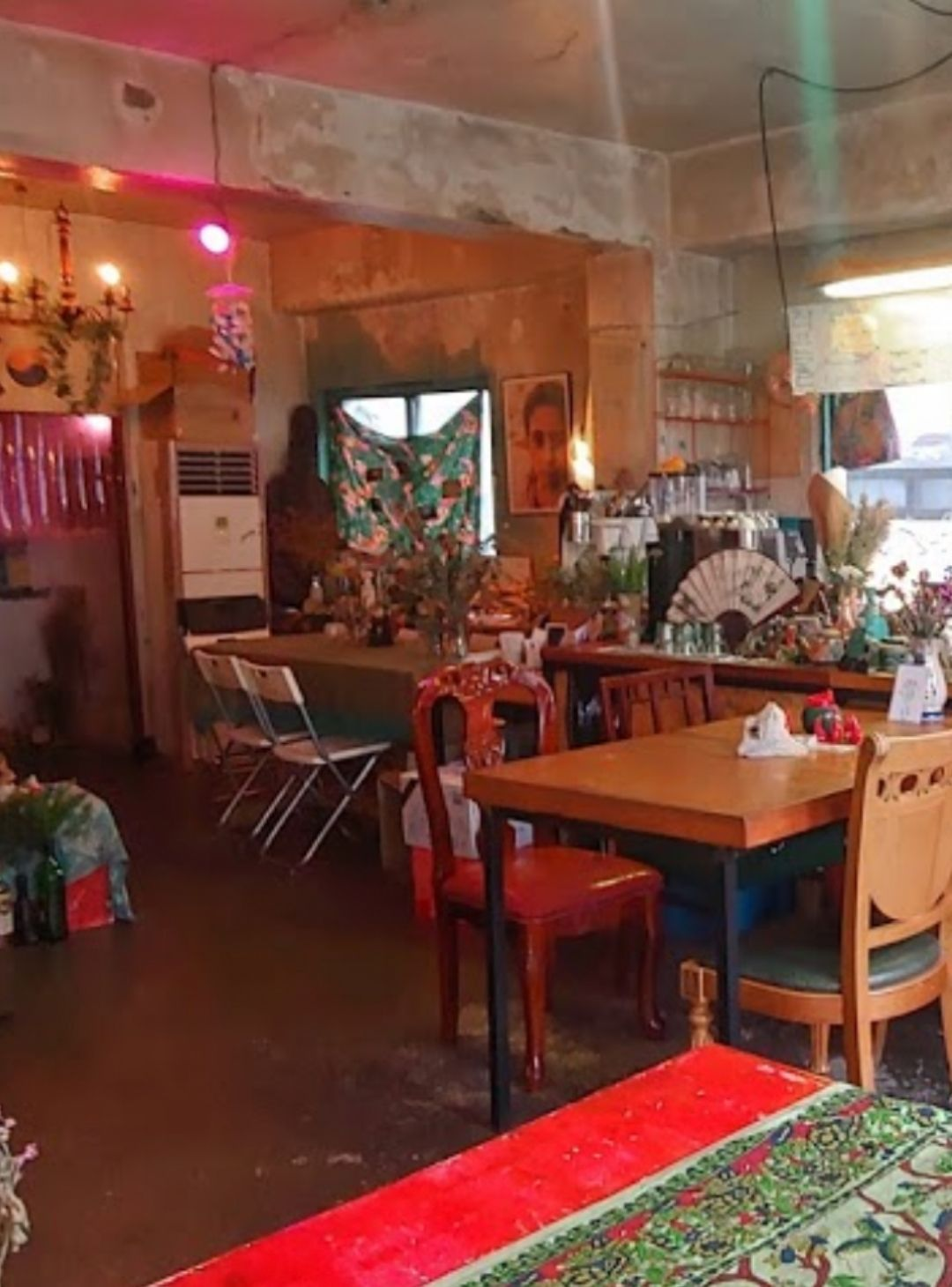 작은물은 을지로에 있는 작은 공간이자 창작 집단입니다. 친구들과 서로의 노래나 작업, 삶을 조금씩 나눠 먹게 되었습니다. 일부는 카페와 바로 운영하며 소소한 공연이나 전시 열리기도 합니다. 2021 여름. 작은물열음.