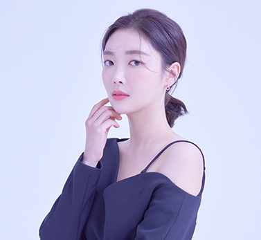 """<span style=""""font-size: 20px; color: rgb(248, 197, 11;"""">김하경<br><span style=""""font-size: 14px;""""><span style=""""color: rgb(255, 255, 255; letter-spacing: 1px;"""">Kim<ui style=""""letter-spacing: 0px;""""> &nbsp;Ha &nbsp;Kyeong &nbsp;</font></span></span>"""