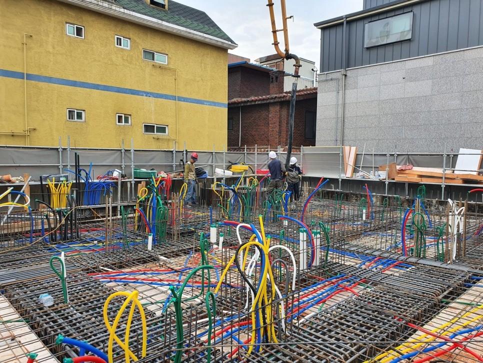 전기 배선, 설비 배관, 철근 배근작업 완료 후 바닥 콘크리트를 타설하는 모습