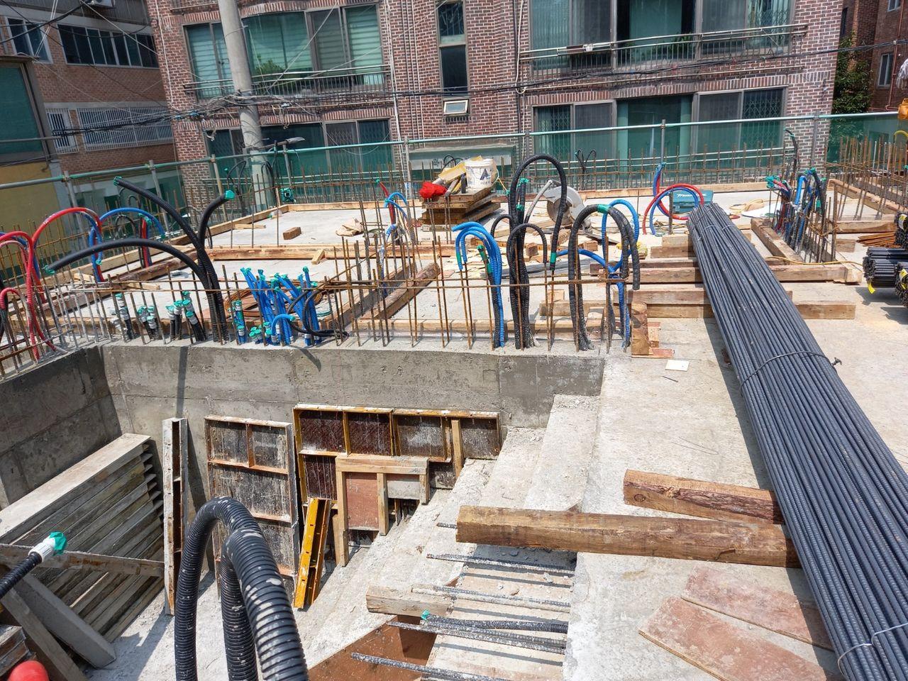 지상 2층 기둥, 옹벽 등이 세워질 곳에 표시해두는 작업