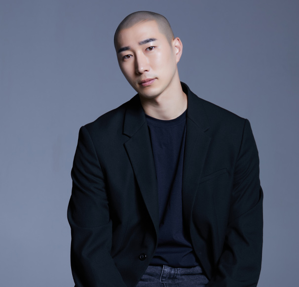 광주 직영점<br>Scalp Designer<br>Dustin원장<br><br>Graycity Bald head Design /<br>Scalp Micro Pigmentation 자격 수료<br>그레이시티 프랜차이즈 매니저(현)<br>그레이시티 스칼프 SMP finisher(현)<br>그레이시티 아카데미 실습 강사(현)<br>그레이시티 마스터과정 수료<br>그레이시티 본사 Starter과정 이수<br>그레이시티 본사 finisher과정 이수<br>육상 국가대표 상비군 출신(전)<br>파주시청 육상 경기부(전)