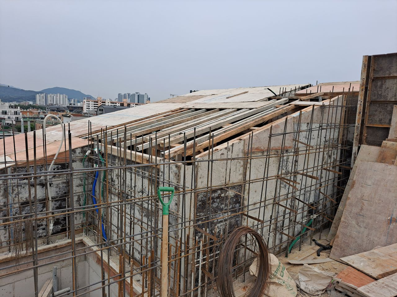 슬로우밀리 지붕층 공사