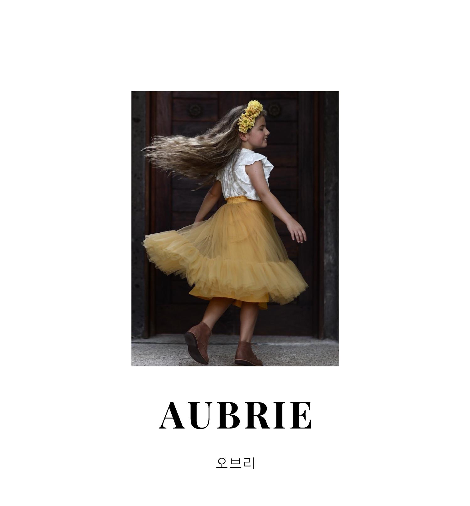 오브리는 전 세계 소녀들이 사랑하는 것들로부터 영감을 받습니다. 시대를 초월한 페미닌무드, 빈티지 디테일, 섬세한 프린트를 통해  뉴트럴한 패브릭에 그들만의 아름다운 컬러를 더합니다. 그들은 단지 표면적인 디자인과 판매 요소 만을 고려하지 않고 각 컬렉션의 품질과 소비자의 취향 등에 집중해 모든 컬렉션을 한정 생산합니다. 세련된 실루엣과 실용성을 동시에 갖춘 호주 베이스 브랜드 AUBRIE(오브리)의 컬렉션을 OH MR RABBIT 에서 만나보세요.