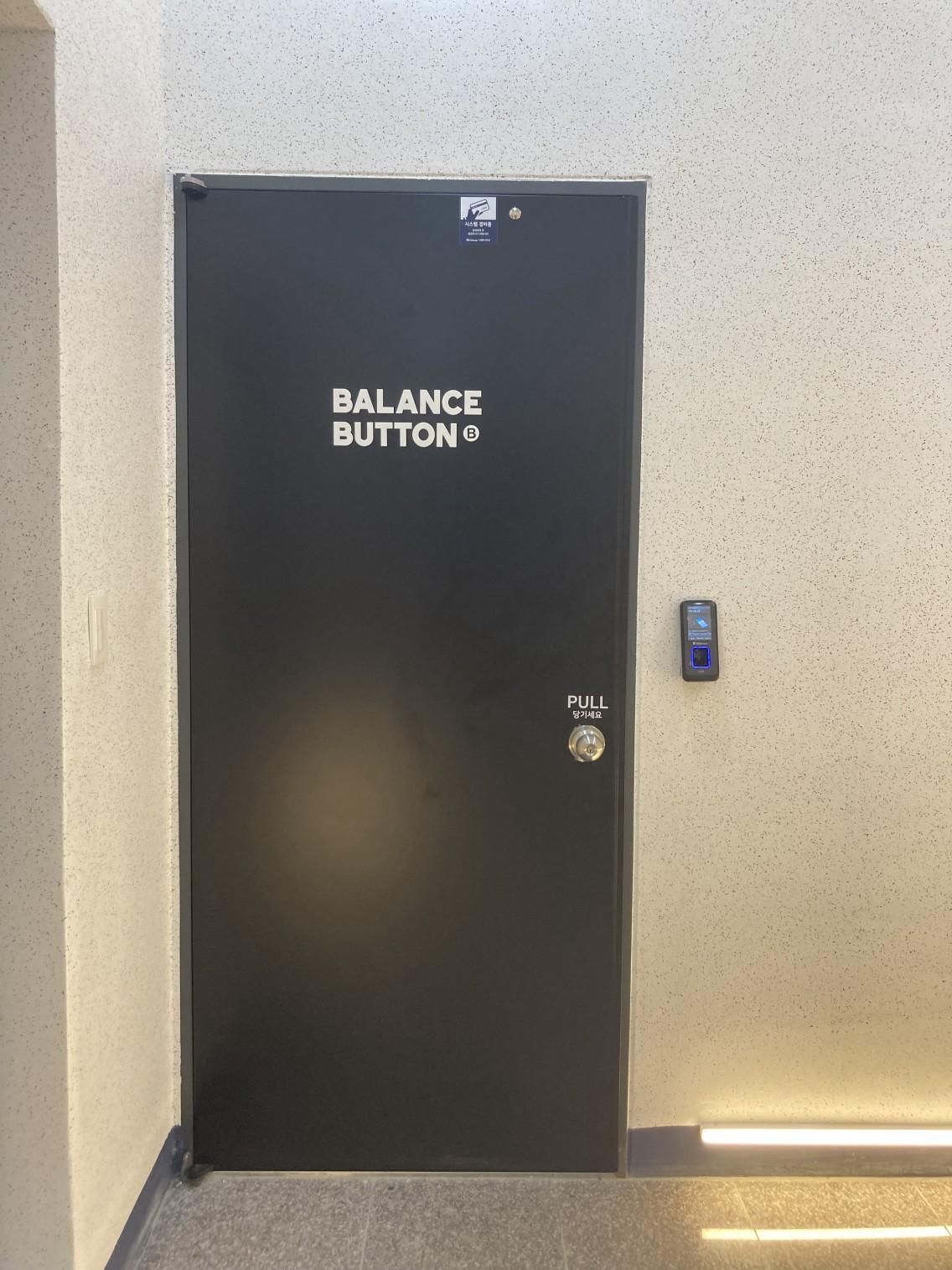 왼쪽의 문이 당신을 맞이해줄 거에요:)