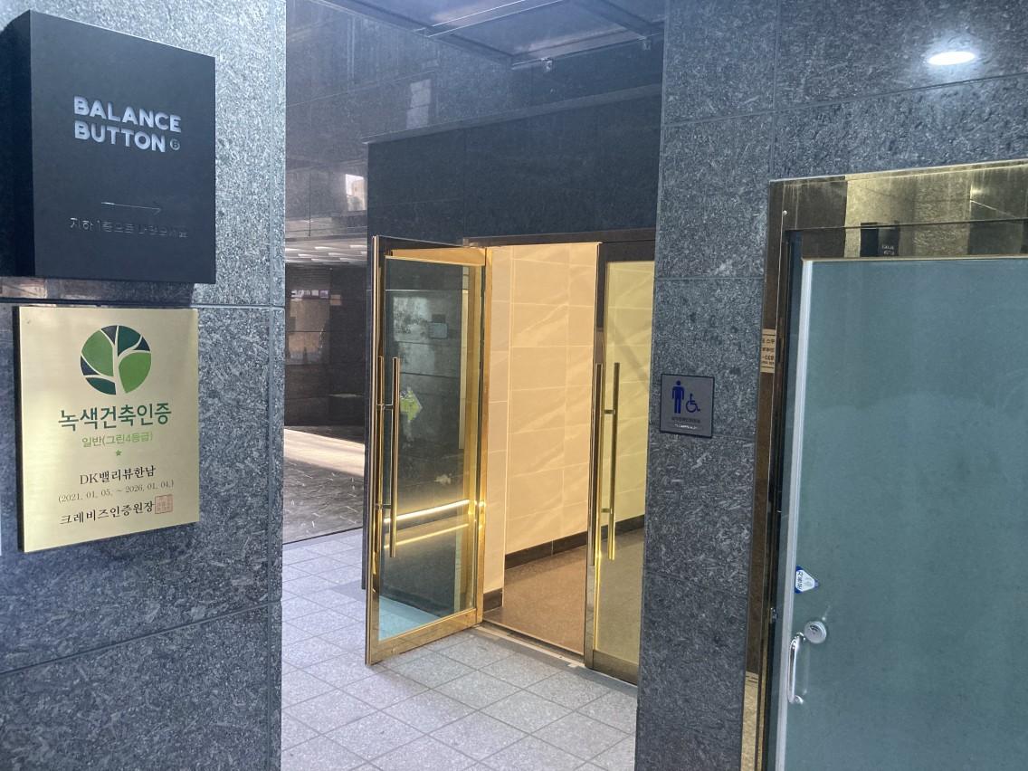 장애인 화장실을 지나 오른쪽에 있는 문으로 들어오세요(왼쪽 샛길로 들어가지 마셔요!)