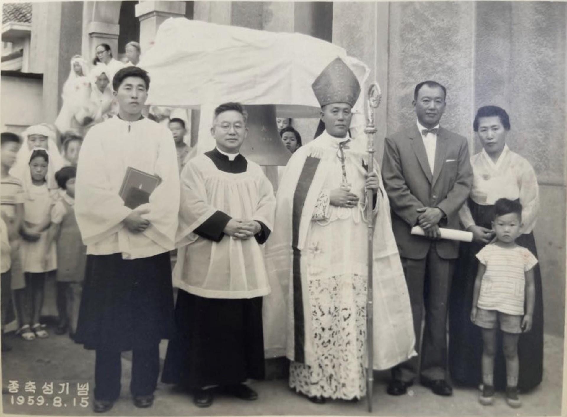 가운데 노기남 바오로 대주교, 사진 왼쪽에서 두 번째가 당시 본당 주임신부 신인균 요셉 신부 <br> 사진 오른쪽에서 두 번째가 박형준 야고보 형제 부부와 막내아들 박귀철 마누엘 형제