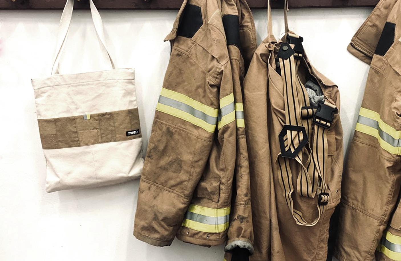소방서 내에 출동을 하는 소방서의 분주한 모습과 소방관의 캐비닛을 컨셉으로 금속의 표면은 화재 현장의 타고 남은 느낌을 담다
