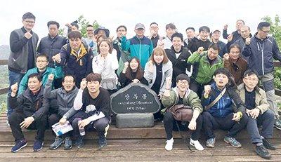 DH바이탈피드 임직원들은 최근 영인산에서 창립 40주년 기념 산행을 통해 심신을 단련했다.