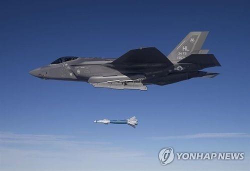 레이저 유도 정밀유도폭탄을 투하하는 미 공군 F-35A 스텔스 전투기