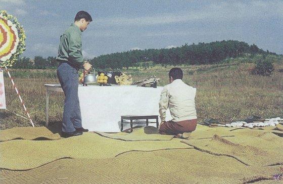 1972년 평택공장 기공식에서 김복용 회장(오른쪽)이 고사를 지내고 있다. 지금은 공장과 연구소가 들어서 있지만 당시는 허허벌판이었다. [사진 매일유업]