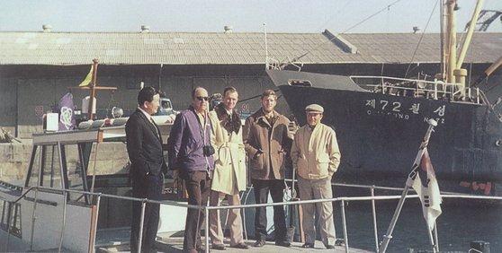 1972년 젖소는 물론 검수요원도 죽음을 넘나든 '지옥의 항해'를 마치고 부산항에 입항해 젖소 하역작업을 마친 전용 수송선에서 주한 미대사관 농무관 등이 기념촬영을 했다. [사진 매일유업]