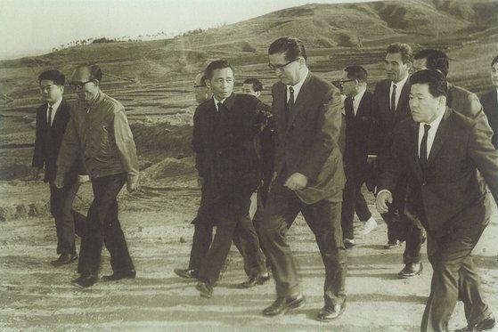 1969년 평택 시범목장 부지를 답사하는 박정희 대통령 일행. 박 대통령 지시로 종합낙농개발사업이 시작됐다. [사진 매일유업]