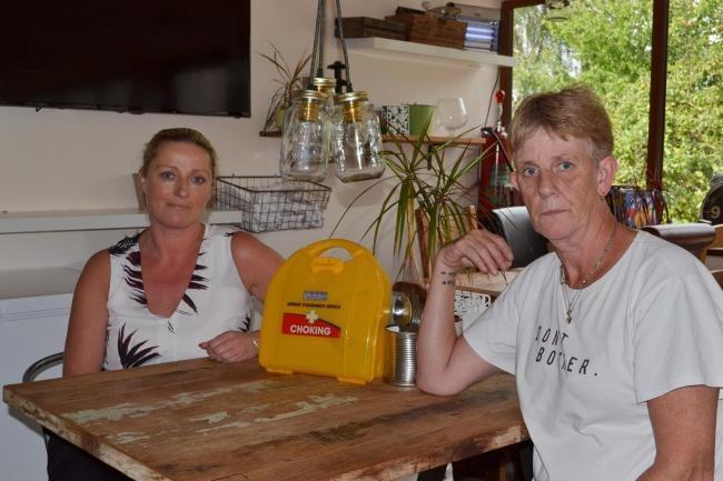 Kidderminster Care Home의 간병인은 소시지에 질식 한 여성을 구합니다.