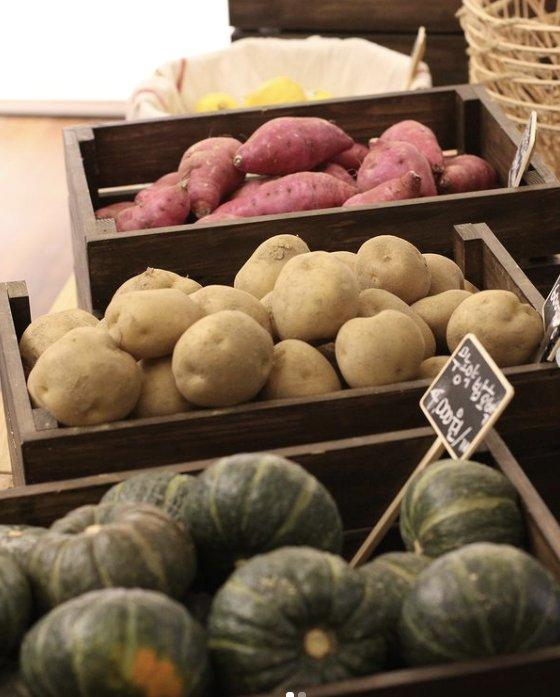 포장지 없이 진열된 더피커 매장의 농산물들. '수확하다'라는 뜻의 'Picker'에서 착안해 고객이 마치 고구마, 감자 등을 수확하는 듯한 경험을 제공한다./ⓒ더피커