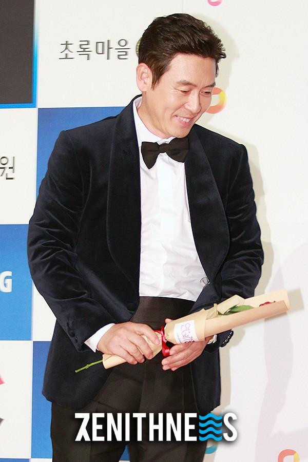 ▲ 설경구-전도연 '손이 시려~ 꽁!' (사진=문찬희 기자)