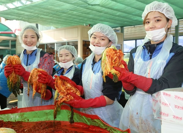 ▲ 애경산업, 소외계층 위한 16번째 '사랑의 김장 나눔 행사' 진행 (사진=애경산업)