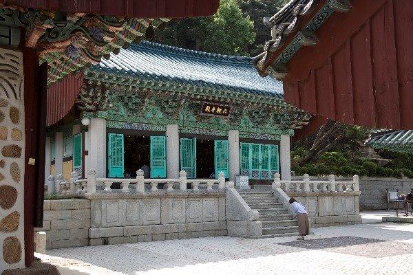 6위의 관세음보살을 모신 6관음전. 건물의 기둥이 돌로 되어있는 모습이 특이하다.