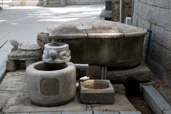 돌로 된 물담는 그릇인 석조.. 물속에 살고 있으며 장수를 상징하는 거북의 모양이다. 돌확의 크기는 대략 2.5m x 2.5m 정도이며 높이는 1.0m 내외