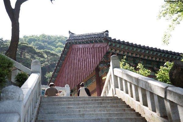 계단을 올라 삼막사 경내로