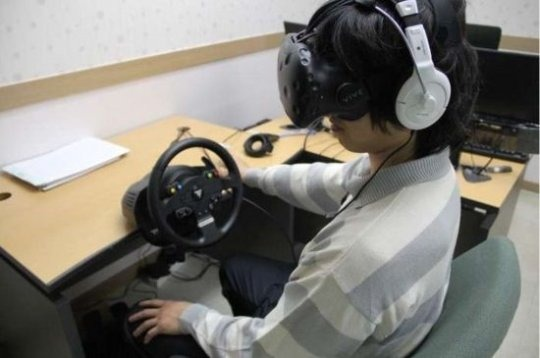 내년부터 시행되는 알코올 중독 범죄자 가상현실(VR) 치료 시행을 앞두고 서울보호관찰소내 가상현실 치료실에서 가상현실(VR) 치료 시연을 하고 있다.[법무부]