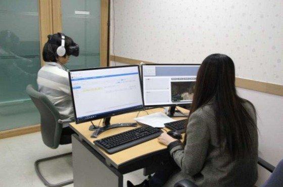 내년 알코올 중독 범죄자 가상현실(VR) 치료 시행을 앞두고 15일 오후 서울보호관찰소내 VR 치료실에서 시연하는 모습. (법무부 제공). © News1