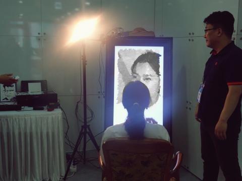 가장 많은 인기를 끌었던 한국전자통신연구원 개발 디지털 초상화 제작 체험존. 체험을 마친 이들은 수십 초 안에 자신의 얼굴이 그림처럼 표현된 인쇄물을 보면서 신기해하는 모습이었다.     ⓒ 김은영/ ScienceTimes