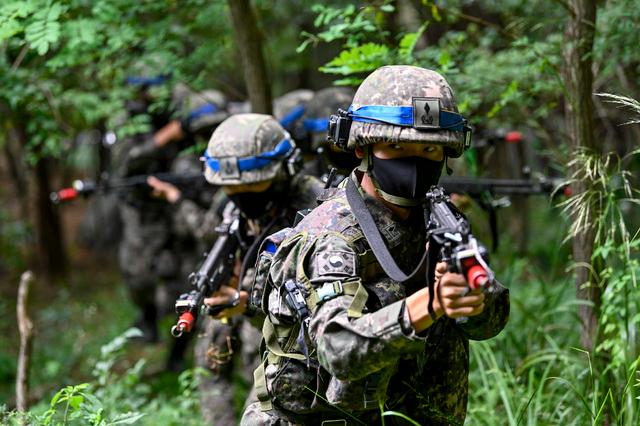[서울=뉴시스] 지난 19일 육군 최초로 여단급 '훈련부대 간 KCTC 쌍방훈련'이 진행되는 육군과학화전투훈련단에서 3사단 혜산진여단 전투단 소속으로 훈련에 동참한 신임장교들이 전투훈련을 하고 있다. (사진= 육군 제공) 2021.08.22.  photo@newsis.com *재판매 및 DB 금지