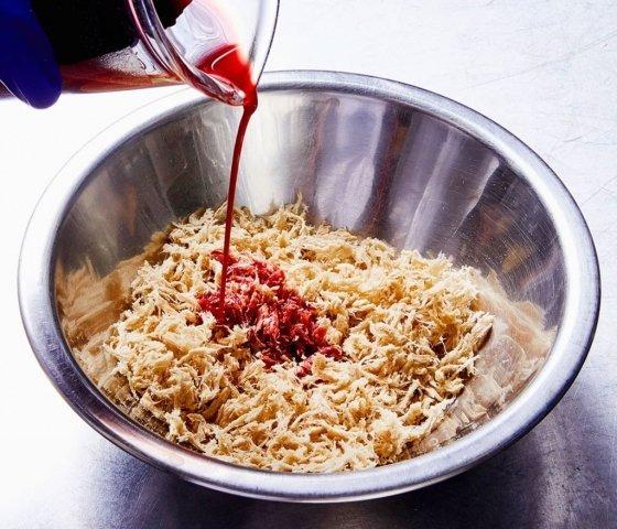 콩의 '뿌리혹 헤모글로빈'에서 '헴'을 추출해 제조 중인 '고기'에 넣는 모습. /사진=임파서블푸드